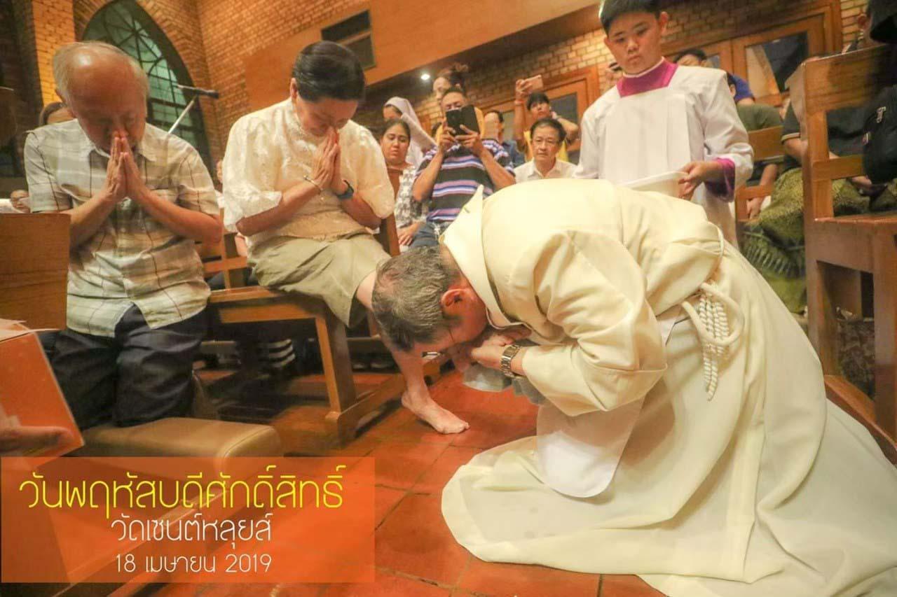ท่านสมณฑูต โน้มตัวลงล้างเท้าสัตบุรุษวัดเซนต์หลุยส์ เทศกาลปัสกา 2562